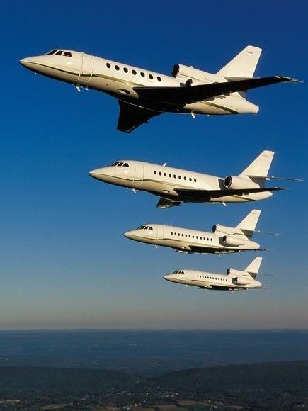 展现了美国新泽西州上空4架编队飞行的喷气式飞机.