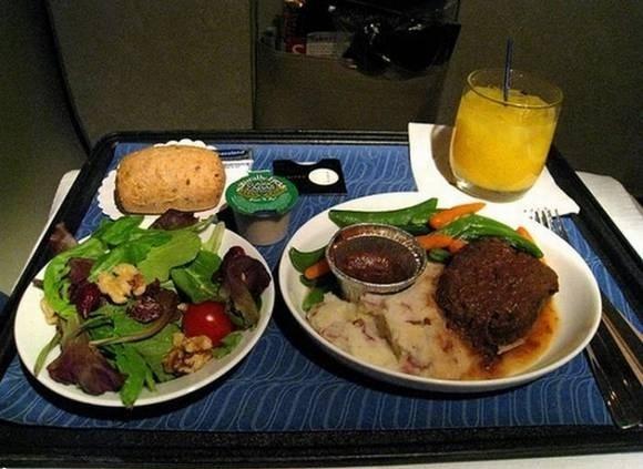 不少经常飞行的人士对飞机餐总是抱着没得选择不得不吃的态度,毕竟飞机餐是在地面上事先准备好,不如在餐厅厨师现做的鲜活,因此也少了些生动的口感,更有的确实是色味欠奉,让人一看就没有胃口。大部分航空公司供应的经济舱餐饮确实如此,而头等舱的餐饮却和经济舱的餐饮大相.