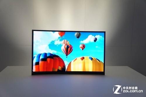 三星展出全球首款柔性可弯曲OLED电视