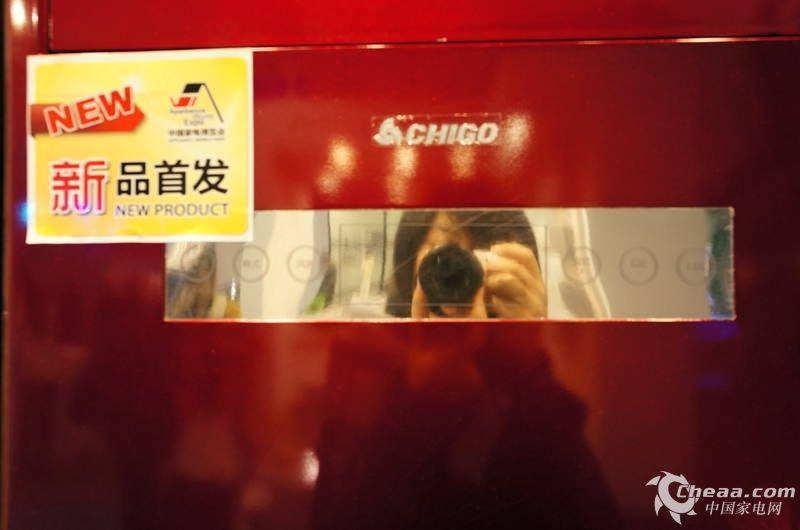 2013年3月19~22日,家电行业年度盛会中国家电博览会(Appliance World Expo,简称AWE)在上海新国际博览中心隆重举行。一直专注做空调的志高不仅带来了自己全新的智能空调新品Icongo系列,同时还展出了很多节能低碳的空调产品,在展出期间,展台观众众多,非常火爆。 下面,小编就带您去志高展台看看他们今年带来的空调产品。