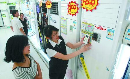 市民在家电卖场选购空调 记者 梁杰 摄
