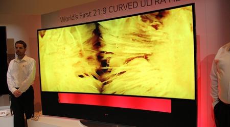 105英寸的超高清宽屏曲面液晶电视