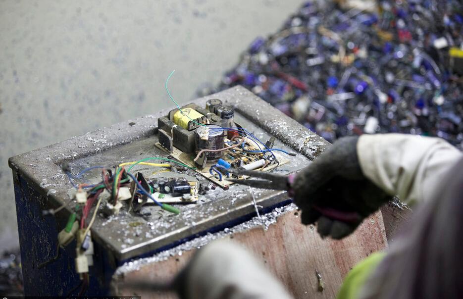 [广东]电子垃圾产业链:提炼铜出去造子弹