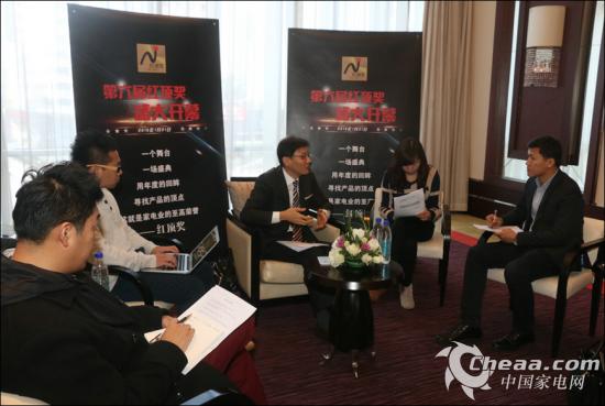 酒井功在红顶奖后接受媒体采访