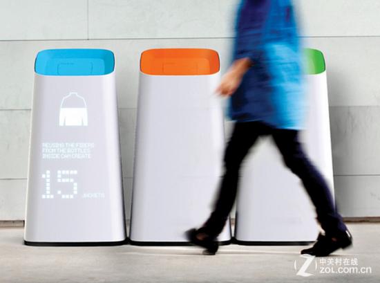 新式智能垃圾桶亮相了   那么垃圾分类的问题该如何解决,怎样才能防止用户将垃圾错误分类呢?最近,国外有设计师为我们带来了一款智能垃圾箱,十分有创意,我们不妨来一起围观一下。如果仅仅从外观上看,这款垃圾箱和平时大家见到的垃圾箱并没有太大区别。其实在垃圾箱内部,却有着高科技装置存在。在垃圾箱顶部,带有一个扫描装置,当用户手持垃圾准备放入垃圾箱的一刻,可以对垃圾进行扫描,从而识别出垃圾属于哪一类产品。
