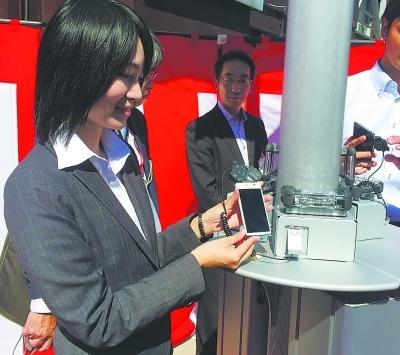 东京首座太阳能手机充电站建成 还免费哦