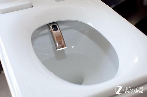 许多公共卫生间的马桶都具备了自动冲洗