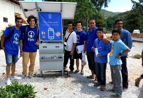 太阳能手机充电站为希腊移民提供免费电力