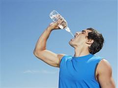 天气虽炎热 但喝水太猛你也伤不起!