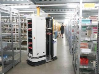 德国移动仓库机器人TORU可以自己挑选货物