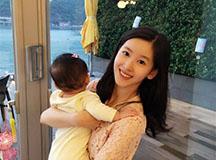 奶茶妹妹抱女出镜 网友:这哪里像妈妈?