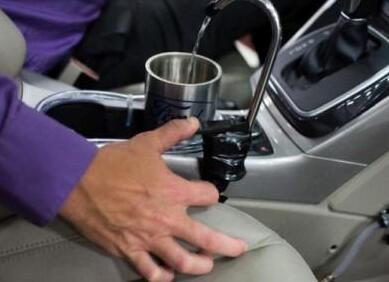 比谷歌脑洞还大 汽车中控台竟改装成饮水机