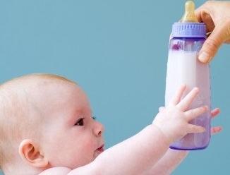 生娃界一片祥和 亲生的都给娃这么喝奶