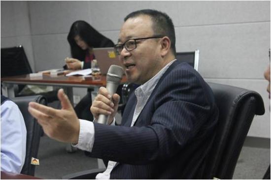 (见面会上,总裁潘一清在回答学员们提出的问题)