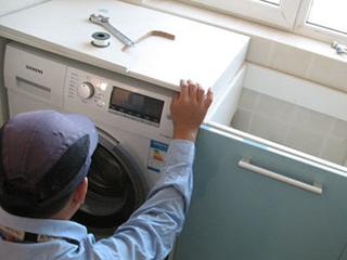 """良好运行要""""站稳"""" 洗衣机安装不简单"""