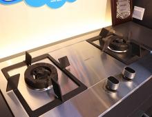我们在家做饭时,要想烧得一手好菜,除了烹饪技巧外,更需要一款得心应手的燃气灶。一款好的燃气灶在我们需要爆炒的时候可以提供超大火力,也可以在我们慢炖时候提供柔和的文火,满足我们不同火力需求。灶台的安全性也是非常重要的一点。今天给大家推荐一款老板9G88 燃气灶,这款燃气灶使用精钢面板,易清洁、方便打理。由里到外一体纯铜炉头,可以让火焰燃烧的更稳定。智能熄火报警系统,保护家人的安全,让我们放心烹饪。