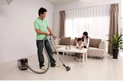 地板缝隙灰尘清不干净?媳妇用吹风机秒搞定