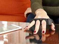 手机打字太累 试试随处都可打字的指环键盘
