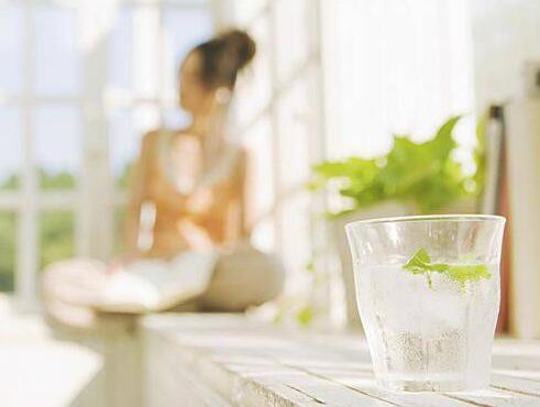 90%都会犯的十个喝水坏习惯 你犯了几个?