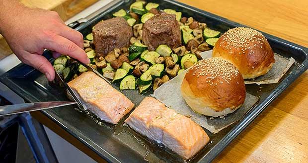 用烤箱一次做出鱼、面包、蔬菜是什么体验?
