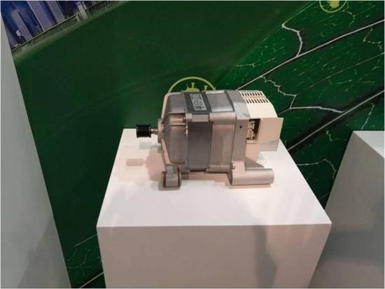 """滚筒洗衣机BLDC电机   对于科技研发,Welling深知其重要性,向来对于科研的投入毫不吝啬。截止至2015年,Welling已持续投资超过人民币2亿元用于上海研发中心科研创新工作。近日,Welling上海研发中心发布了彻底颠覆了传统的铁芯制造工艺的""""空调外机电机革新技术"""",使用该技术,空调外机电机的单机噪声较行业标杆水平下降8-11dB,空调外机整机噪声较行业标杆水平下降1-3dB,电机效率较行业标杆水平同比提升1%-3%。"""