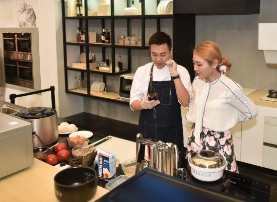 【2】图为小宝君与陈朝子现场直播制作美食