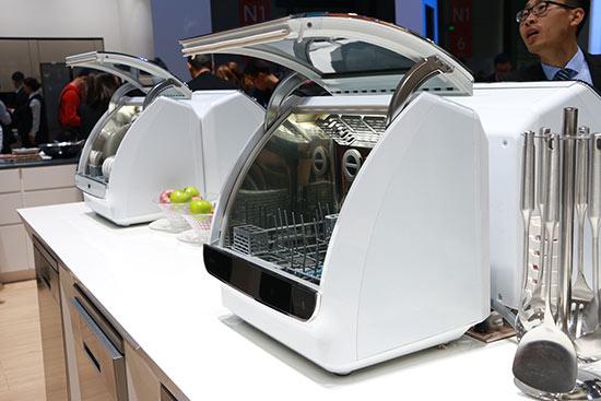 块头不大实力不凡 海尔小海贝洗碗机亮相AWE