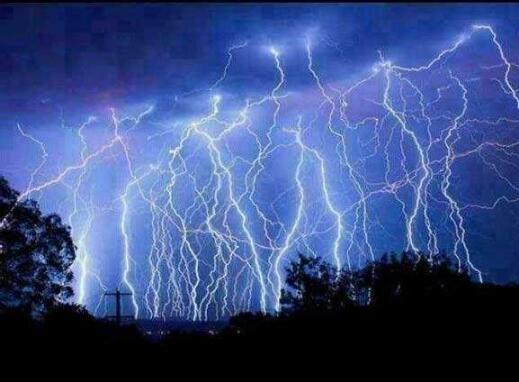 谨防雷雨天 电视看完后切记拔电源线