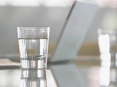 流言揭秘:晚上睡觉前喝水究竟好不好?