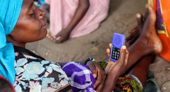 坦桑尼亚慈善计划利用太阳能MP3普及常识