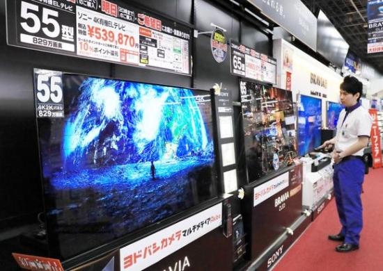 东京一家电子零售店展示的索尼OLED电视(图片来自日经新闻网站)