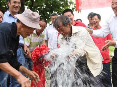 300台净水器入户贫困家庭,村民喝上放心水