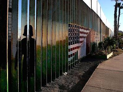 特朗普称美墨边境修太阳能墙:越高价值越大