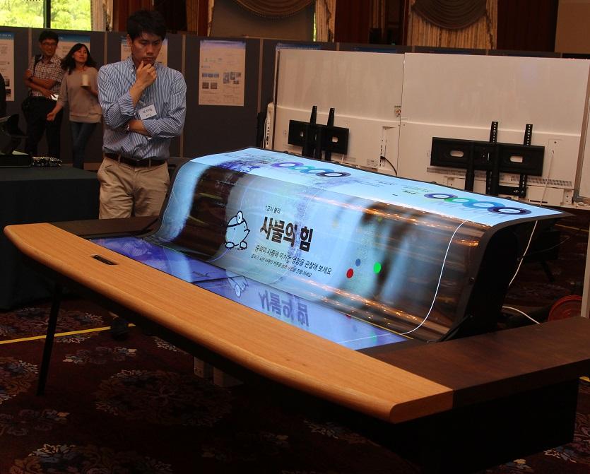 LGD成功研发首款77吋透明柔性OLED面板