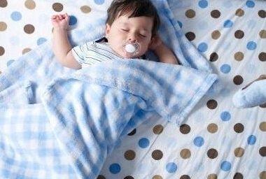 孩子睡觉爱踢被子却不着凉的真相竟然是…