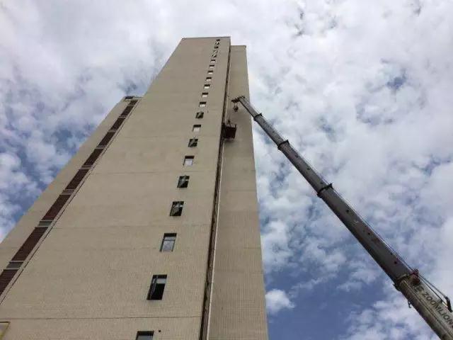 被吊在40米高空的两个海尔人找到了