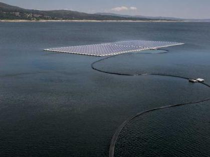 全球首个浮式太阳能电池系列混合电站投产