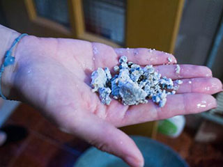 """热水器使用4年流出直径2厘米""""石块"""""""
