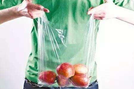 """塑料袋装菜放冰箱菜会""""染毒""""是真的吗?"""