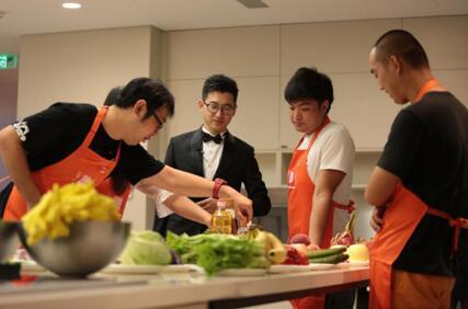 参赛小组根据游戏规则挑选食材