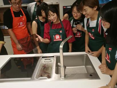 参赛选手用方太洗碗机清洗小龙虾