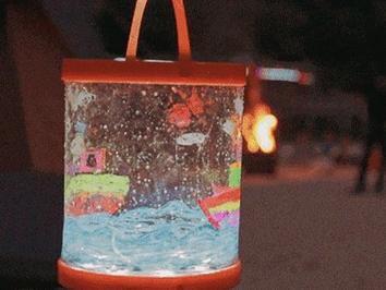 太阳能多功能便携灯 它还能拿来盛水