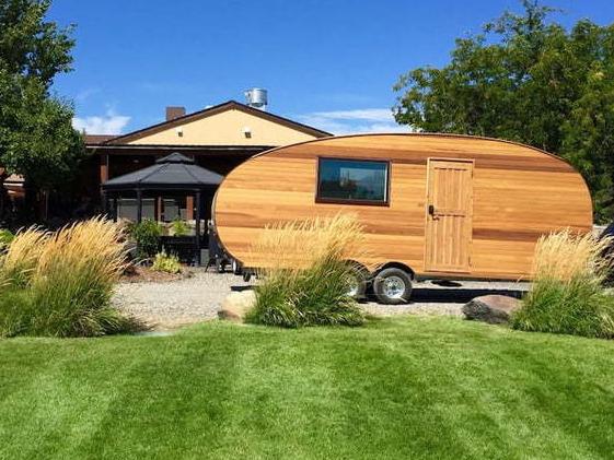 这个拖车自带太阳能和各种设施 简直是露营神器