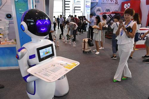 资料图:南宁国际会展中心的一款机器人服务员。新华社记者 郑焕松 摄