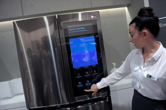 LG电子在IFA2017期间展示的一台智能冰箱(图片来自日经新闻网站)