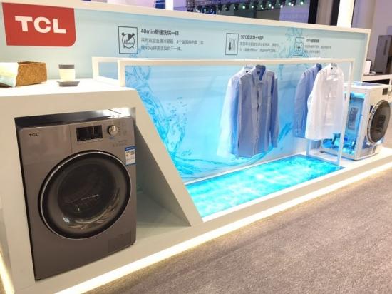 """真免污 就选TCL   一说到洗衣,很多人都愁眉不展,手洗太费劲,机洗又怕洗衣机里面长期留存的污垢再次污染衣物,尤其是夏季,细菌容易滋生,潮湿环境下洗出来的衣服经常透着隐隐的怪味。这是因为传统洗衣机受限于内部结构,存在多个滞污区,使洗衣机对衣物造成严重二次污染。为解决这一难题,TCL冰箱洗衣机历时三年,突破创新,首创免污式洗衣机全新品类,先后研发出了""""全封桶结构""""、""""水封舱免污结构""""等多项国际专利技术,推出波轮免污式洗衣机、滚筒免污式洗衣机,彻底解决二"""