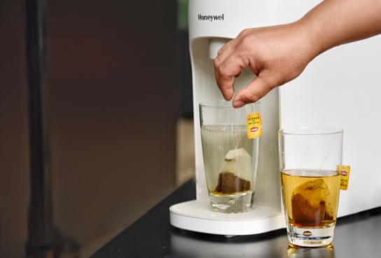 即热净水机试用沙龙:霍尼韦尔智能家居净水产品经理周舜通过泡茶实验演示净化功效