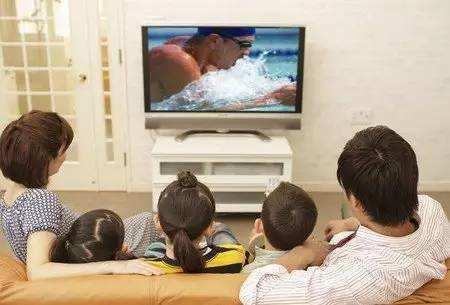 领着孩子陪同家人!一起围着电视看大片