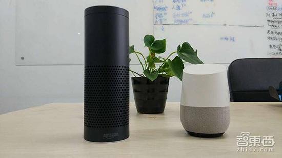 (左为亚马逊Echo,右为Google Home)