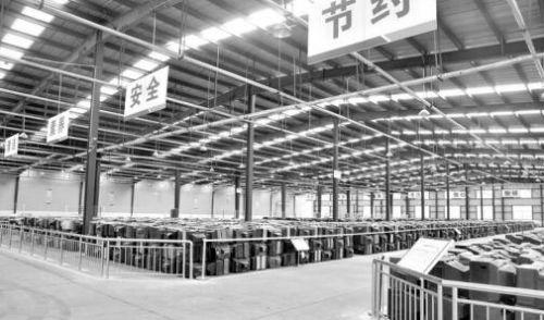 山东中绿资源再生有限公司的仓储车间。 本报记者张玉岩 摄